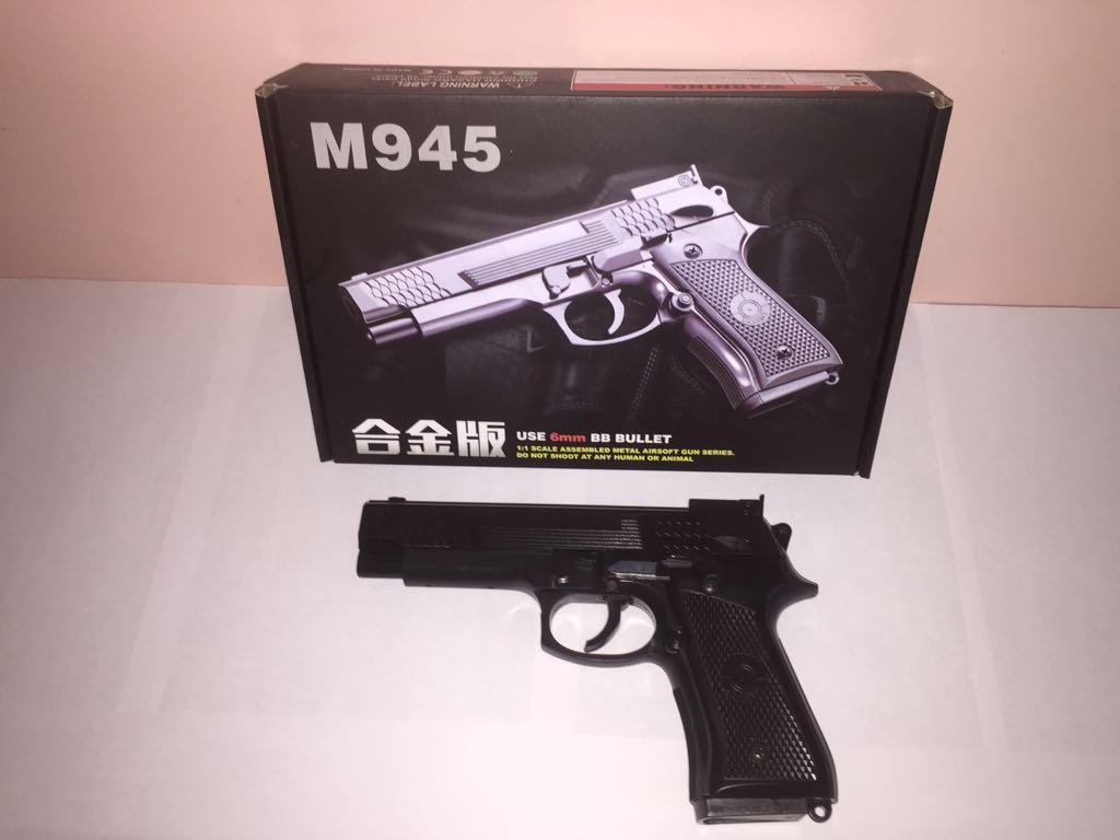 Детский металлический пистолет,с пружинным механизмом,стреляет пласт.шариками.(М.945) Размер упак.26см*18см*5см.