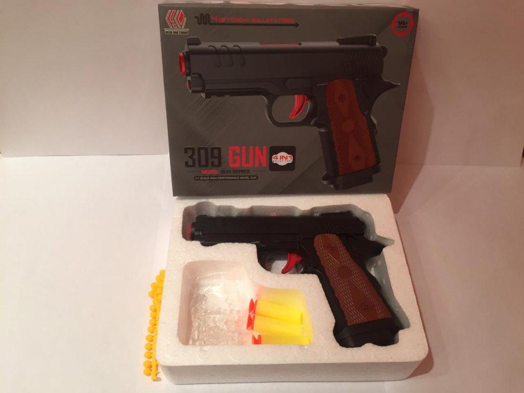 А.Пистолет пластик в кор.стреляет тремя видами патронов.Арт.309.Размер уп.17*21*4см.