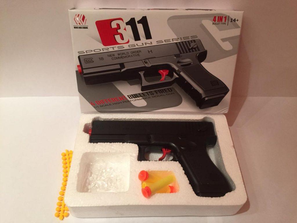 А. Пистолет пластик.в кор.стреляет тремя видами патронов.Арт.311.Размер уп.15*23*4см.