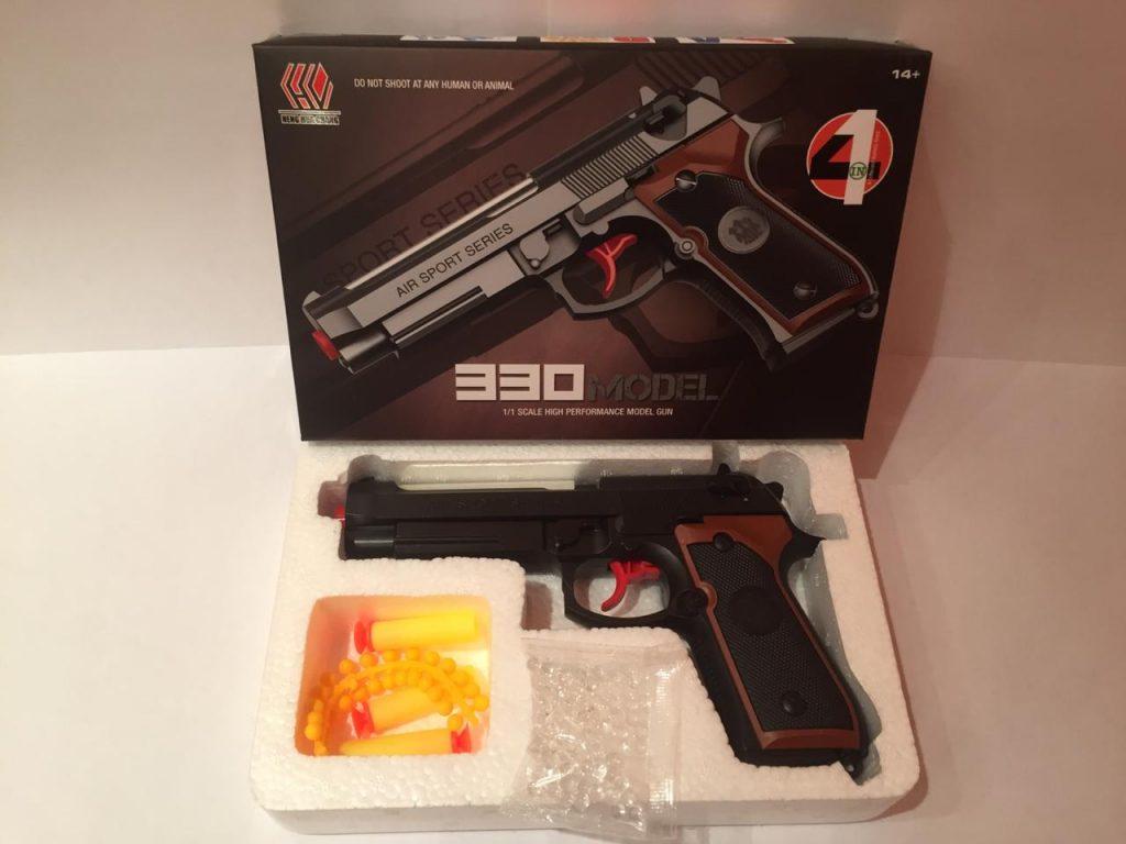 А. Пистолет пластик.в кор.стреляет тремя видами пулек.Арт.331.Размер уп.15*23*4см.